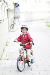 Kleinkind mit Fahrrad und Helm