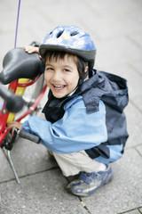Kleinkind mit Fahrradhelm