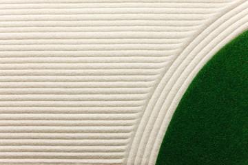 砂紋と緑の芝生