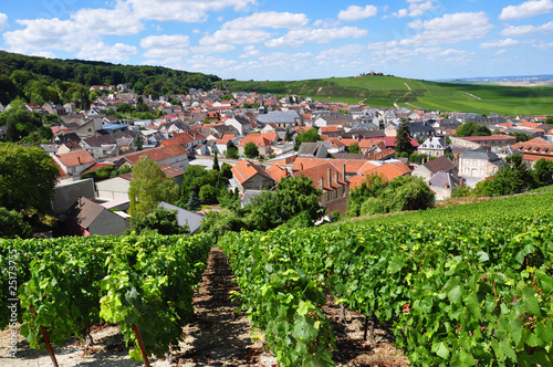 village au creux des collines champenoises