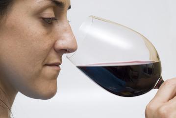 Sumiller oliendo el vino.