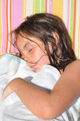 fillette qui fait la sieste sur son transat au soleil