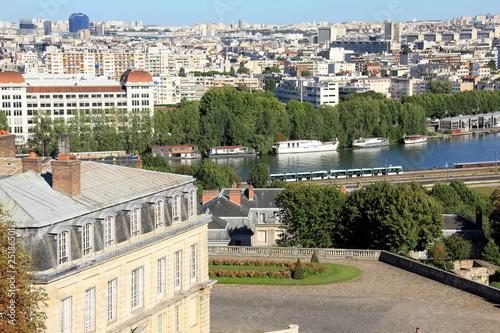 Tramway T2 le long de la Seine à Saint-Cloud - 25186501