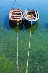 Barcas amarradas en puerto.