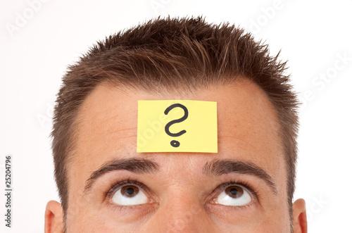 Nachdenklicher Mann mit Haftnotitz auf der Stirn