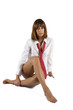 Donna seduta su sfondo bianco