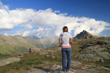 Donna in cima al passo del Bernina