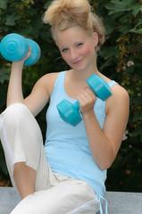 Junge Frau macht Kraftsport