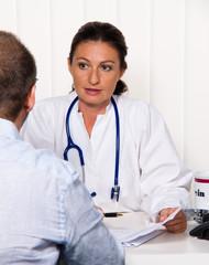 Arzt in Arztpraxis mit Patient. Gespräch und Beratung.