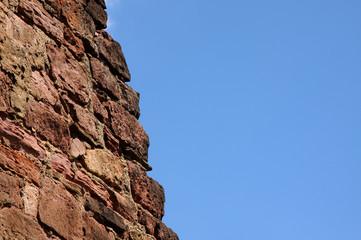 Burgmauer an blauem Himmel