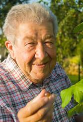 Glücklicher Rentner im Garten
