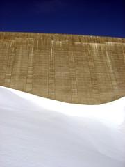 Staumauer Lago di Lucendro im Schnee