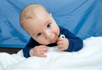 Baby mit Nuckel krabbelt