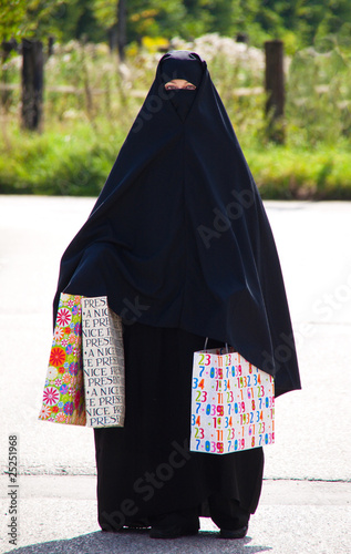 symbolfoto islam muslimische verschleierte frau mit burka stockfotos und lizenzfreie bilder. Black Bedroom Furniture Sets. Home Design Ideas