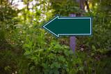 Leeres Schild im Wald