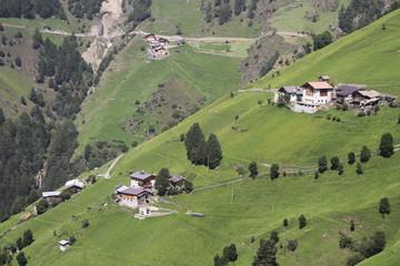 Höfe auf Bergwiese