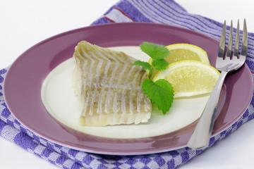 Seelachsfilet natur mit Zitronenspalten