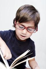 bambino che legge con occhiali