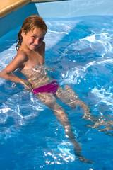jeune fille a la piscine