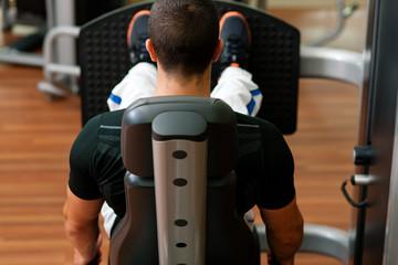 Mann trainiert im Fitnessstudio