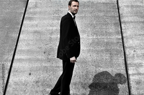 Mann vor Betonwand