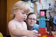 Маленкая раздетая девочка играет дома с мамой