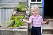девочка с инструментами в руках  у деревенского дом