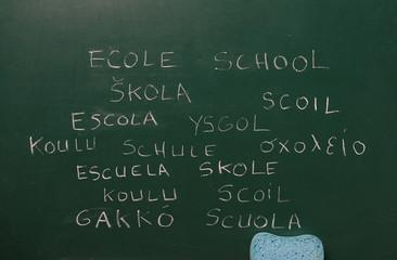 école multilangue sur tableau noir