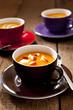 Kürbissuppen mit Apfelstücken, Thymian und schwarzem Pfeffer