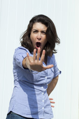 jeune femme geste de rejet de la main