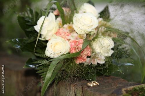 Brautstrauss und gravierte Ringe vor der Hochzeit