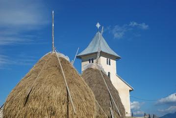 chiesa dietro il covone di fieno