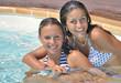 Jeunes filles  amies qui se détendent dans une piscine