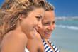 Jolies jeunes femmes qui sourient à la mer