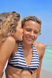 Copines qui s'embrassent
