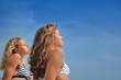 Jolies jeunes filles l'été sous un beau ciel bleu