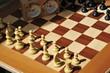 Schachbrett mit Schachfiguren und Stoppuhr