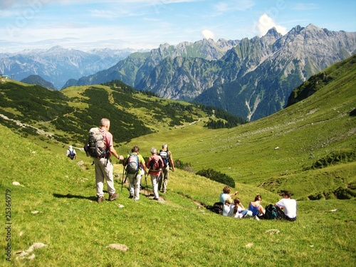 Senioren beim Bergsteigen