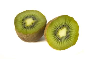 Kiwi en mitades sobre fondo blanco