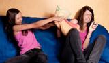 deux soeurs complices qui font une bataille de coussins poster