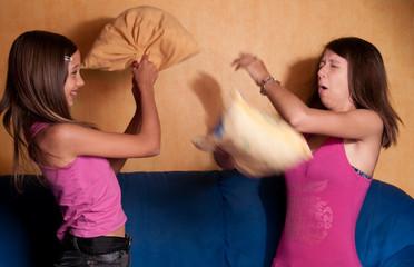 bataille de coussins entre soeurs complices