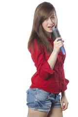 jeune fille chantant micro théâtre