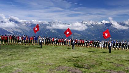Alphornparade mit Schweizer Fahnenschinger