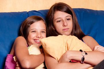 deux soeurs qui regardent un film romantique
