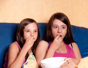 deux soeurs captivées par le film qu'elles regardent
