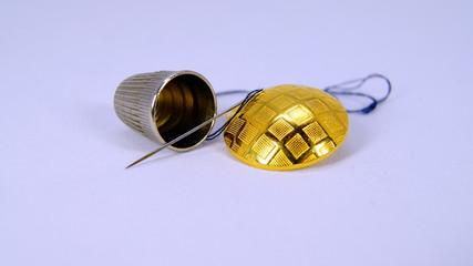 Fingerhut und goldener Knopf