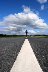 Route à l'infini 03 - Personnage marchant de dos
