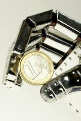 Roboterhand mit Euromünze