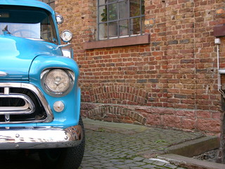 Chrysler Pickup Oldtimer Lastwagen vor alter Fabrik