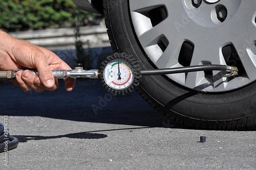 Leinwandbild Motiv Controllo pressione pneumatici